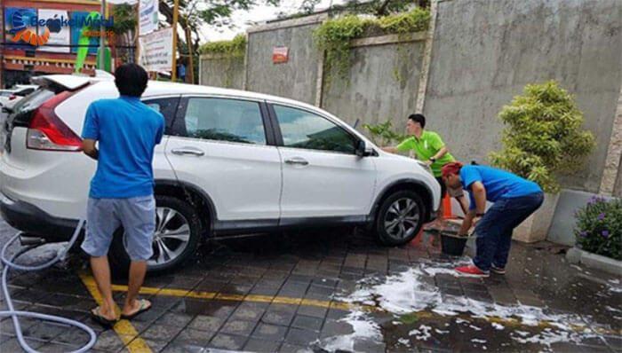 Jangan Mencuci Mobil di Bawah Sinar Matahari Langsung