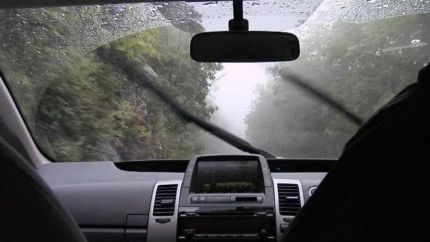 4-Tips-Mudah-Wiper-Kaca-Mobil-Saat-Hujan